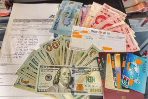 Khách nước ngoài rưng rưng khi tiếp viên hàng không trả 125 triệu đồng