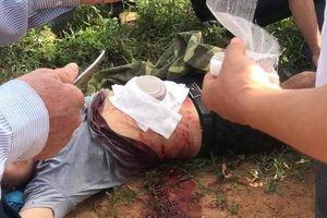 Sang hàng xóm lấy dao tự rạch bụng mình vì tưởng trong đó có bom