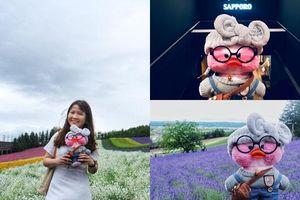 Muốn khám phá Nhật Bản mà chẳng rủ được ai, cô gái Việt 'dắt' vịt bông đi du lịch cùng