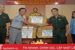 Bộ trưởng Bộ Y tế tặng thuốc chữa bệnh cho trạm xá quân dân y Hà Tĩnh
