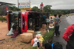 Xe lật giữa đường Hồ Chí Minh, nhiều hành khách hoảng loạn