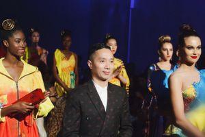 Siêu mẫu quốc tế diện nón dát vàng trình diễn bộ sưu tập 'S Viet' tại New York Couture Fashion Week