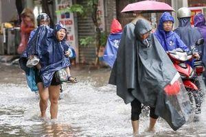 Hình ảnh xưa nay hiếm ở Thủ đô Hà Nội ' cha mẹ cõng con vượt sông trong phố đến trường'