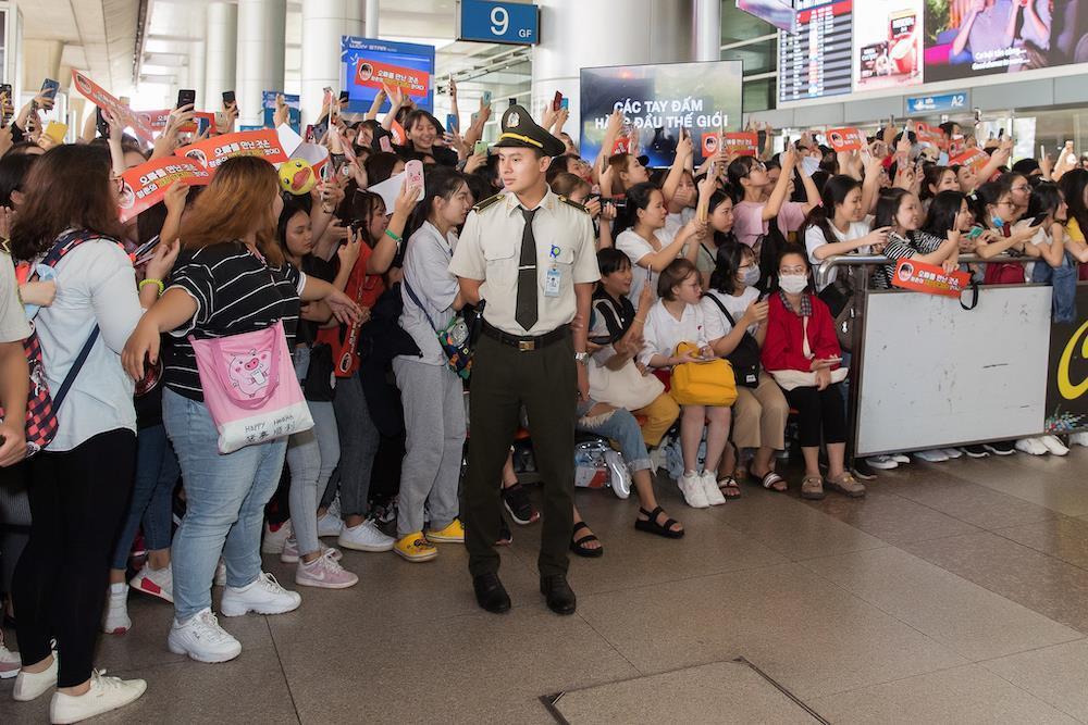 Hàng trăm người hâm mộ chờ Ji Chang Wook tại sân bay Tân Sơn Nhất