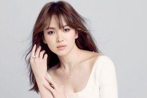 Song Hye Kyo luôn nổi bật dù mặc váy đơn giản hay xẻ sâu khoe vòng một
