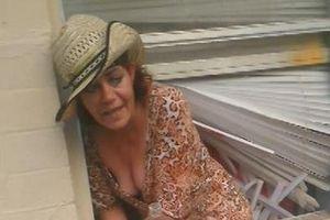 Người phụ nữ say kẹt chân ở cửa sổ khi trèo vào nhà tránh bão Dorian