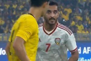 Cầu thủ Malaysia và UAE liên tục cà khịa nhau trước mặt trọng tài