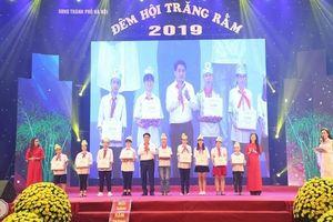 Chủ tịch UBND TP Hà Nội Nguyễn Đức Chung tặng quà cho trẻ em tham dự Đêm hội trăng rằm