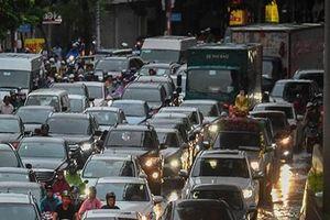 Hà Nội mưa lớn, nhiều tuyến đường ngập úng và ùn tắc