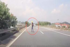 Thanh niên 'vô tư' đứng giữa cao tốc sử dụng điện thoại