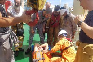 Cứu nạn thuyền viên người nước ngoài nguy kịch ở vùng biển Hoàng Sa