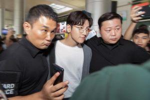 Clip: Ji Chang Wook ăn vận đơn giản, bị vây chặt giữa vòng tay chào đón của người hâm mộ tại sân bay Sài Gòn