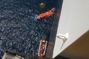 Vượt sóng lớn cứu thủy thủ nước ngoài nguy kịch ở Hoàng Sa