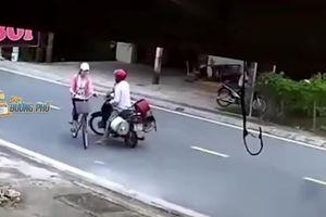 Phẫn nộ hình ảnh kẻ biến thái chặn xe, sờ ngực thiếu nữ giữa đường