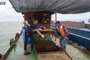 Vùng Cảnh sát biển 1 tạm giữ tàu chở 35.000 lít dầu không rõ nguồn gốc
