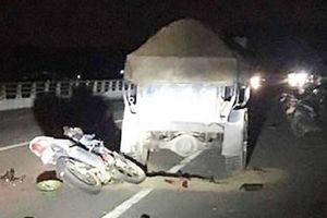 Xe công nông va chạm với xe máy trên cầu, 1 người chết