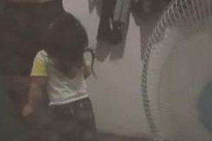 Clip: Biết bố đi nhậu, con gái 3 tuổi lao ra chặn cửa, dọa nạt quyết không cho đi