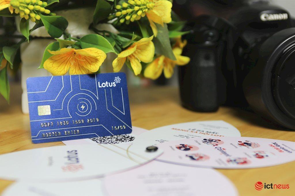 Cận cảnh thiệp mời 'thiên biến vạn hóa' của mạng xã hội Lotus, có hình dạng như một chiếc thẻ ATM