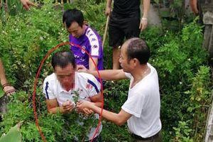 Thanh niên bị dân làng vây đánh vì đột nhập vào nhà ôm bé gái