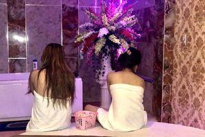 Tiếp viên massage khỏa thân kích dục cho khách ở Sài Gòn