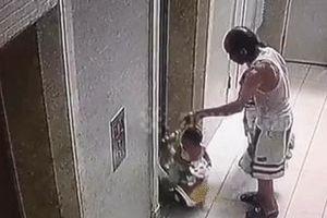 Xe đẩy kẹt vào thang máy, bé trai bị hất tung khỏi xe