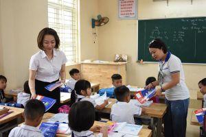 EVN HANOI sẻ chia yêu thương với học sinh huyện Ba Vì