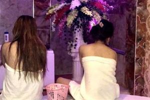 Hoảng hồn tiếp viên tiệm massage khỏa thân kích dục