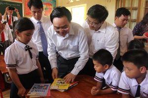Bộ trưởng Phùng Xuân Nhạ dự khai giảng muộn tại vùng lũ Tân Hóa