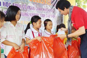 Quà trung thu tặng học sinh xã biên giới