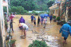 Thầy trò vùng cao Điện Biên dầm mình trong mưa 'cứu' trường bị lũ