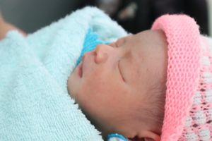 Bé gái sơ sinh bị bỏ rơi trong bịch nilon bên lề đường