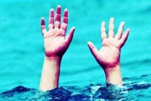 Trốn chị tắm ao, hai em đuối nước thương tâm