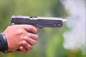 Người đàn ông bị kẻ bịt mặt nổ súng bắn gục ngay trước cửa nhà