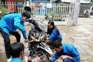 Đoàn viên thanh niên rửa xe gây quỹ tặng quà trung thu cho trẻ em khuyết tật