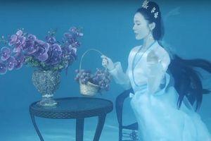 'Nàng tiên cá' Trung Quốc múa hát dưới nước đẹp như tranh vẽ
