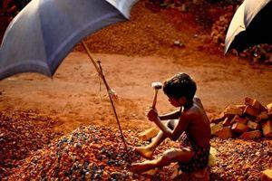 Trải lòng của phóng viên ảnh về cuộc sống của những đứa trẻ bán tuổi thơ với giá dưới 1 USD