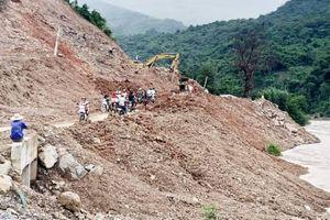 Nghệ An: Nhà thầu làm đường đổ đất thải xuống sông Nậm Mộ