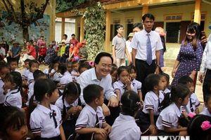Bộ trưởng Phùng Xuân Nhạ dự khai giảng ở 'rốn lũ' Quảng Bình