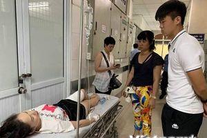 Hình ảnh nữ cổ động viên tại bệnh viện trước khi đưa vào mổ