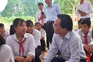 Hành động bất ngờ của Bộ trưởng Phùng Xuân Nhạ khi dự lễ khai giảng muộn tại Quảng Bình