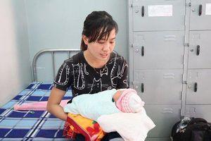 Tìm cha mẹ của bé gái sơ sinh bị bỏ rơi trong túi nilon bên lề đường