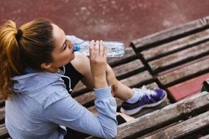 Đừng tưởng cứ uống nhiều nước là tốt, uống theo kiểu này còn 'giết' thận nhanh gấp 10 lần