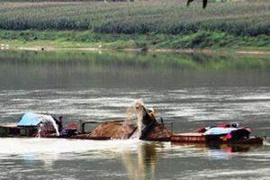 Bắt giữ 6 thuyền khai thác 100m3 cát lậu trên sông Lam