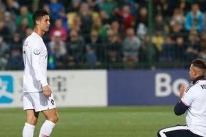 Fan cuồng quỳ trước Ronaldo sau 4 bàn sút tung lưới Lithuania