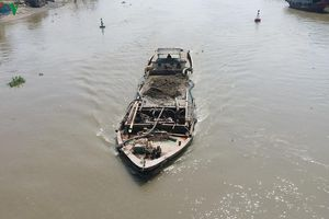 Tiền Giang xử lý 5 đối tượng 'cát tặc' trên sông Tiền