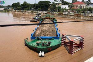 Sà lan chở cát có nguy cơ chìm sau khi va đập vào trụ chống cầu