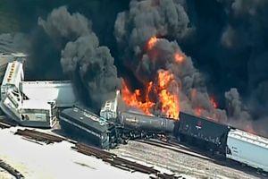 Kinh hoàng tàu hàng 16 toa trật ray, bốc cháy ngùn ngụt ở Mỹ