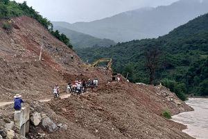 Thi công mở rộng đường, nhà thầu tự ý đổ đất thải xuống sông ở Nghệ An