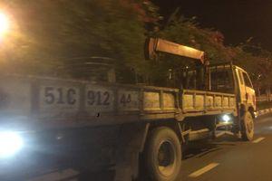 Sau tai nạn chết người, dân chụp ảnh một xe tải gửi công an