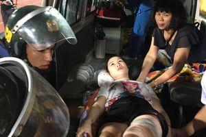 Nữ cổ động viên bị trúng pháo sáng phải phẫu thuật 2 lần